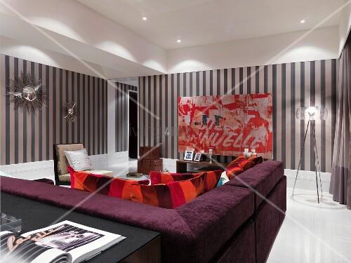 holz tapete wohnzimmer: im modernen Wohnzimmer mit gestreifter Tapete an Wand – living4media