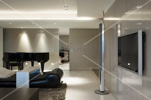 schwarzer liegesessel und designer stehleuchte vor klavierfl gel im minimalistischen wohnzimmer. Black Bedroom Furniture Sets. Home Design Ideas