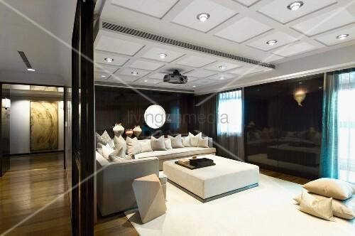 blick in eleganten wohnraum mit kassettendecke und integrierter beleuchtung ber weisser. Black Bedroom Furniture Sets. Home Design Ideas