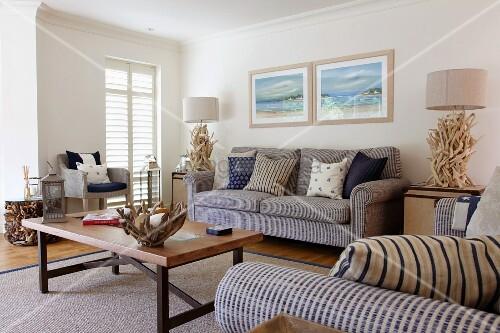 Sitzgruppe und k nstlerische dekorationen aus wurzelholz in einem wohnzimmer bild kaufen - Sitzgruppe wohnzimmer ...