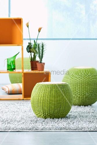 bauchige gr ne hocker auf teppich aus spaltleder und w rfelregal aus kunststoff bild kaufen. Black Bedroom Furniture Sets. Home Design Ideas