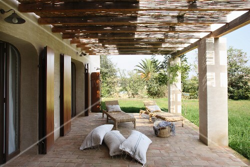 terrasse mit pergola auf betonst tzen vor mediterranem. Black Bedroom Furniture Sets. Home Design Ideas