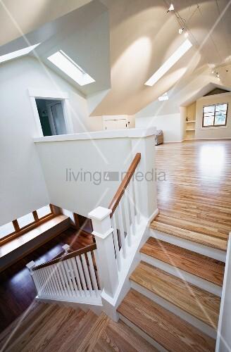 offenes treppenhaus und wohnraum mit ungew hnlicher deckengestaltung bild kaufen living4media. Black Bedroom Furniture Sets. Home Design Ideas