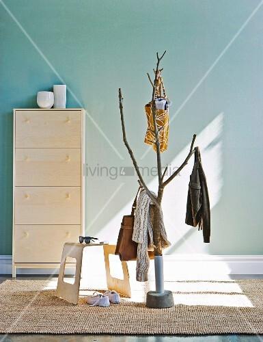 lichtspiel auf stilisiertem baum als garderobe und moderner hocker vor schuhschrank an. Black Bedroom Furniture Sets. Home Design Ideas
