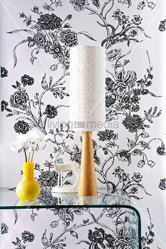 gelbe vase neben tischlampe mit weissem schirm und fuss. Black Bedroom Furniture Sets. Home Design Ideas