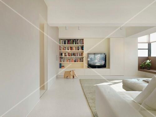 Minimalistisches wohnzimmer in weiss mit einbauregal und integriertem fernseher bild kaufen - Minimalistisches wohnzimmer ...