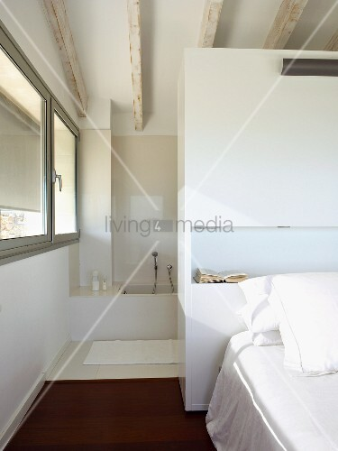 doppelbett vor einem raumteiler schrank zum bad ensuite. Black Bedroom Furniture Sets. Home Design Ideas
