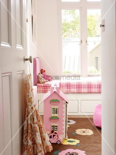 Blick durch offene t r auf puppenhaus am boden vor - Puppenhaus fenster ...