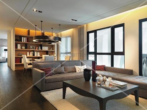 indirekte beleuchtung und dunkler dielenboden erzeugen in dem eleganten wohnzimmer behaglichkeit. Black Bedroom Furniture Sets. Home Design Ideas