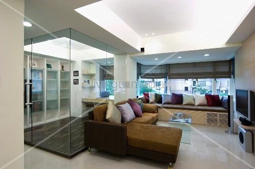 Sofa mit r cami re in einem kleinen wohnzimmer dahinter ein durch eine glaswand getrenntes Hundeurin aus sofa entfernen