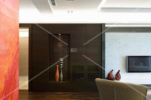 ein dunkler einbauschrank mit beleuchteter nische f r. Black Bedroom Furniture Sets. Home Design Ideas