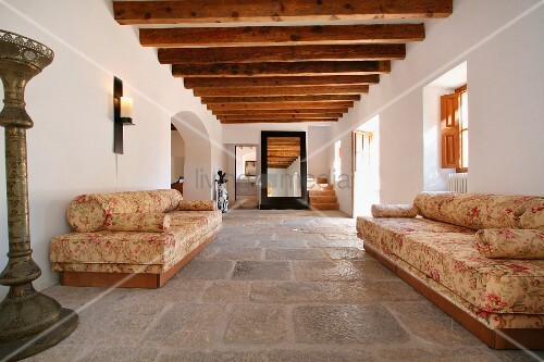 florale sofas im eingangsbereich einer spanischen villa mit steinfussboden und holzbalkendecke. Black Bedroom Furniture Sets. Home Design Ideas