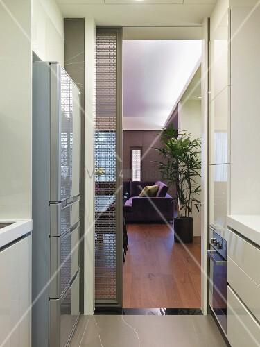 schmale k che mit offener schiebet r und blick ins wohnzimmer bild kaufen living4media. Black Bedroom Furniture Sets. Home Design Ideas