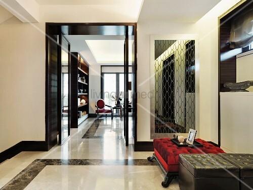 zimmerflucht in elegantem wohnbereich mit marmorboden und klassischem interieur bild kaufen. Black Bedroom Furniture Sets. Home Design Ideas