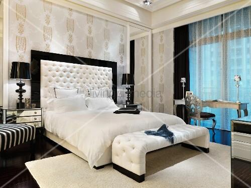 schwarzweiss kontraste im eleganten schlafraum mit gepolsterter kleiderbank und gerahmtem kopfteil - Hngenden Tr Kopfteil