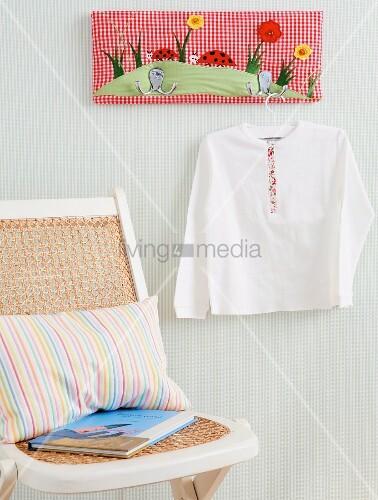 bunte selbstgemachte garderobe living4media. Black Bedroom Furniture Sets. Home Design Ideas