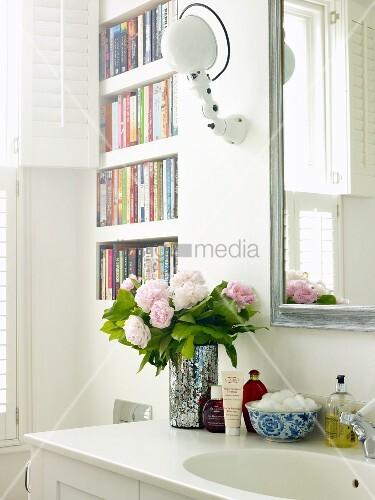 pfingstrosenstrauss und badutensilien auf waschtisch neben. Black Bedroom Furniture Sets. Home Design Ideas