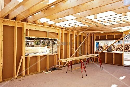 eine halle aus holzkonstruktion im bau bild kaufen living4media. Black Bedroom Furniture Sets. Home Design Ideas