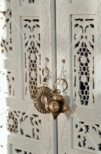 wei lackierter orientalischer kleiderschrank detail. Black Bedroom Furniture Sets. Home Design Ideas