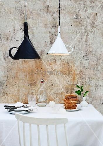 weisser und schwarzer trichter als origineller lampenschirm ber k chentisch mit toastbrotstapel. Black Bedroom Furniture Sets. Home Design Ideas