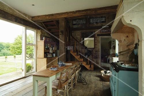 offener wohn essbereich im landhausstil mit rustikalem dielenboden und holztreppe zur galerie. Black Bedroom Furniture Sets. Home Design Ideas