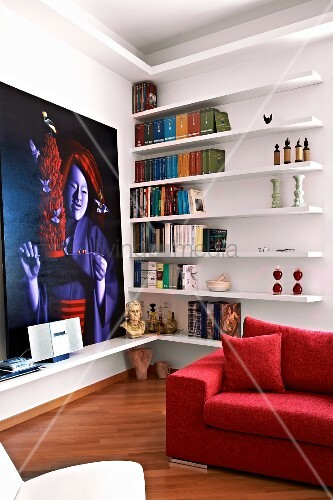minimalistisches wandregal neben gro em zeitgen ssischem. Black Bedroom Furniture Sets. Home Design Ideas