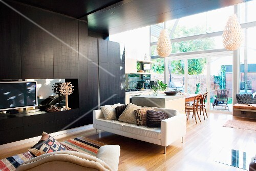 Modernes Helles Sofa Neben Schwarzem Wohnzimmerschrank Und Blick
