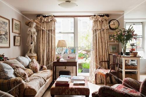 Englisches wohnzimmer mit blick auf den balkon ppige for Wohnzimmer auf englisch