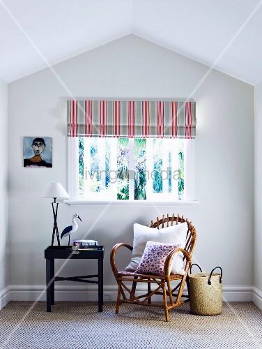 gem tlicher bambusstuhl mit danebenstehendem tabletttisch unter fenster mit gestreiftem rollo. Black Bedroom Furniture Sets. Home Design Ideas