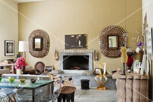 wohnbereich mit offenem modernem kamin mit durchgehender kaminbank aus stein symmetrische. Black Bedroom Furniture Sets. Home Design Ideas