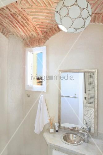 Pendelleuchte Bad kugelförmige pendelleuchte an gewölbedecke aus ziegel über