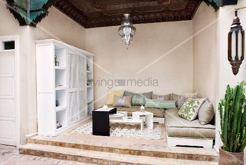 loggia in orientalischem stil mit polsterm beln und modernem tischm bel auf abgestuftem podest. Black Bedroom Furniture Sets. Home Design Ideas