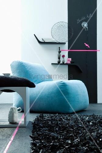 Zeitgen ssische sitzecke mit blauem polstersessel und for Polstersessel leder