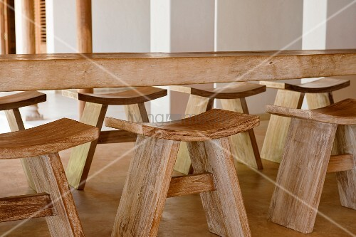 Esstisch aus massivholz mit dazupassenden einfachen for Indischer esstisch