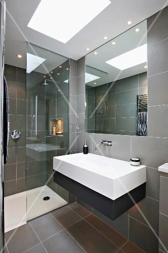 designerbad mit grauen fliesen und eingelassenes lichtfeld in abgeh ngter decke bild kaufen. Black Bedroom Furniture Sets. Home Design Ideas