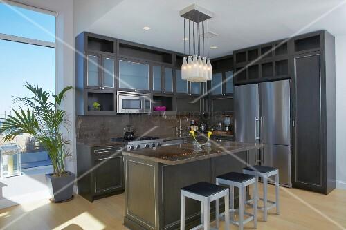 graue k che im klassisch modernen stil mit freistehender fr hst ckstheke und ausgang auf. Black Bedroom Furniture Sets. Home Design Ideas