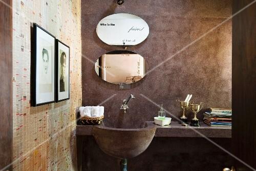 gemauerter waschtisch mit ablage und ovale spiegel in rustikal minimalistischem bad bild. Black Bedroom Furniture Sets. Home Design Ideas