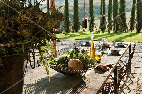 Gedeckter tisch auf mediterraner terrasse bild kaufen for Innendesigner schweiz