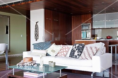 viele kissen auf modernem sofa vor einer offenen. Black Bedroom Furniture Sets. Home Design Ideas