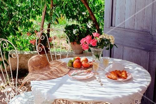 gartentisch unter einem pfirsichbaum bild kaufen. Black Bedroom Furniture Sets. Home Design Ideas