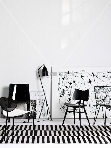 schwarze st hle aus verschiedenen epochen auf schwarz. Black Bedroom Furniture Sets. Home Design Ideas