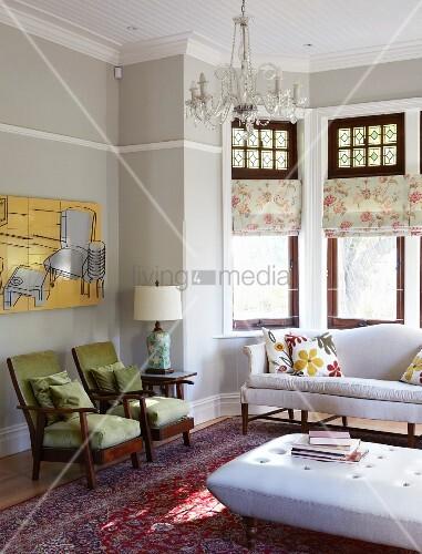 Loungebereich mit gepolsterten Sitzmöbeln und Couchtisch