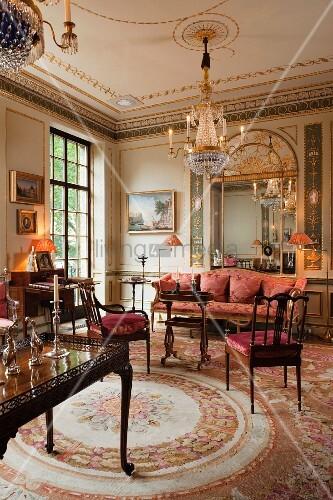 tisch und st hle aus mahagoni mit antikem polstersofa auf aubusson teppich im stilvollen salon. Black Bedroom Furniture Sets. Home Design Ideas