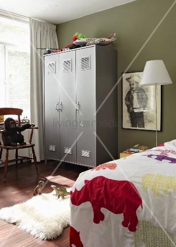 Kinderzimmer Eines Jungen Mit Grauem Spind Und Einer Gerahmten Zeichnung Eines Jungen Cowboys An