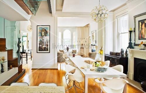Elegantes Esszimmer mit modernen Schalenstühlen und Kunstobjekten – Bild kaufen – living4media