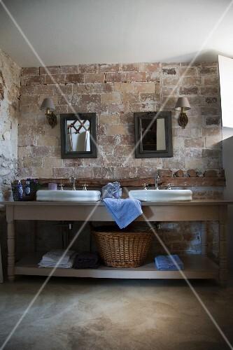 waschtisch mit zwei becken vor rustikaler ziegelwand im badezimmer eines provenzalischen. Black Bedroom Furniture Sets. Home Design Ideas