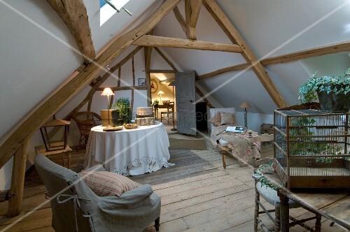 Freistehende, antike Badewanne unter der Dachschräge in einfachem ...   {Freistehende badewanne unter dachschräge 57}