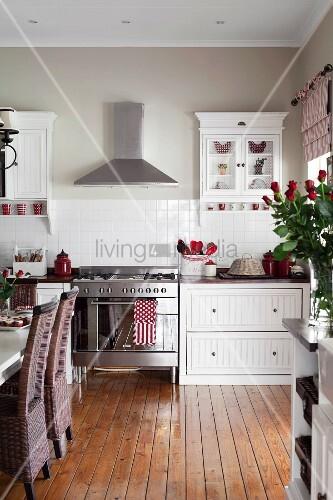 essplatz in weisser landhausk che mit holz dielenboden bild kaufen living4media. Black Bedroom Furniture Sets. Home Design Ideas