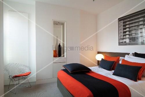 Orange schwarz gestreifte tagesdecke auf bett und for Bett tagesdecke