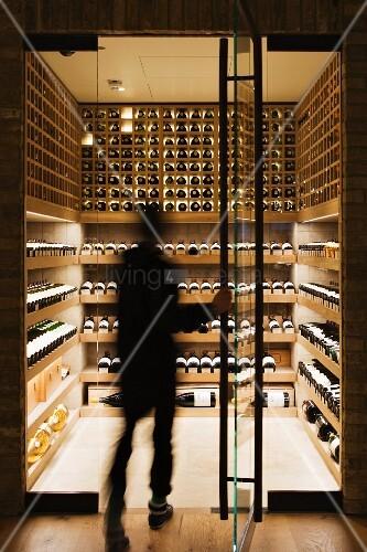 Moderner weinkeller  Person betritt einen modernen Weinkeller – Bild kaufen – living4media